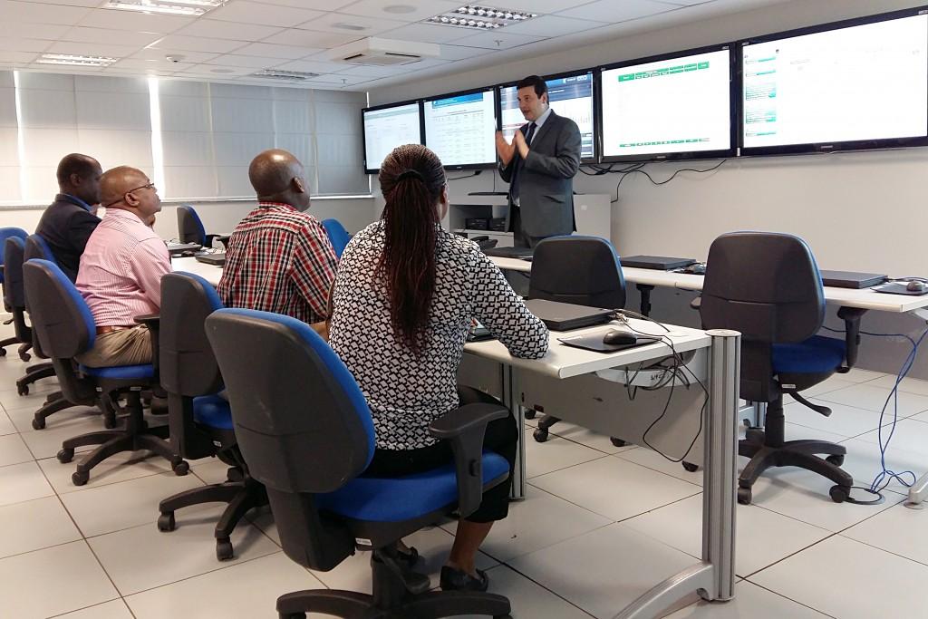 Especialistas  em auditoria interna do INSS de Moçambique conhecem a Sala de Monitoramento do INSS brasileiro (Foto: Rafael Toscano/MTPS)