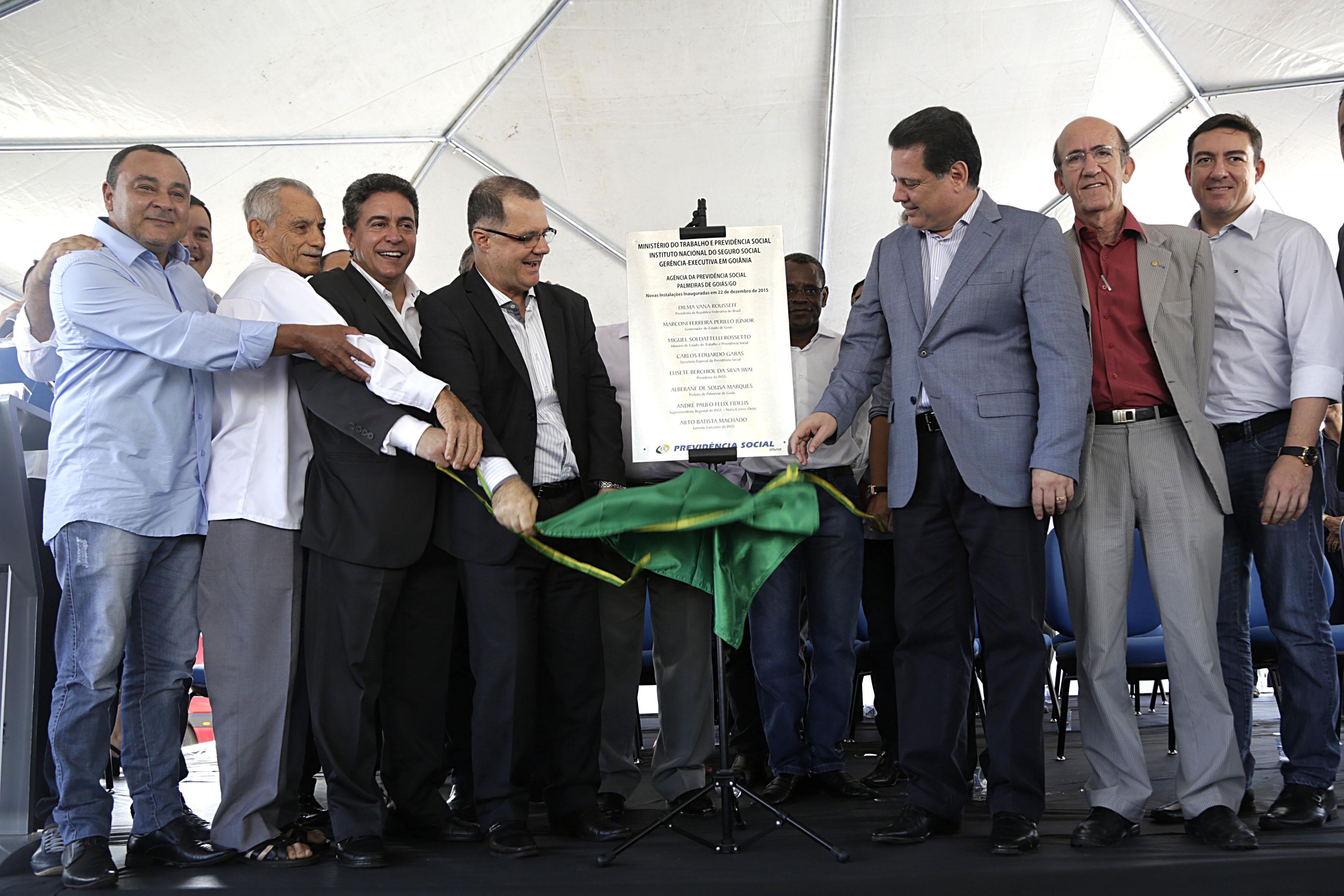 Secretário Especial da Previdência Social, Carlos Eduardo Gabas, (centro-esquerda) descerra a placa de inauguração da APS. Foto: Erasmo Salomão/Previdência Social