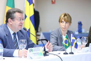Benedito Adalberto Brunca e Malin Skäringer, chefes das delegações do Brasil e Suécia. FOTO: Rafael Toscano / ASCOM Previdência